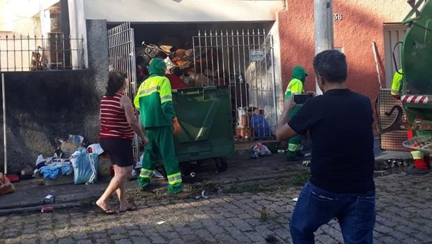 Acumuladora há 20 anos, idosa tem nove toneladas de lixo retirado de casa