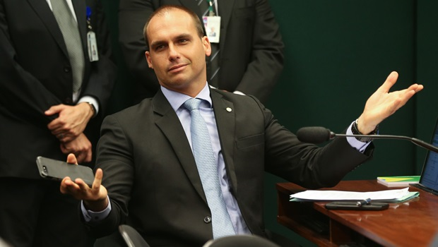 Deputado diz que Eduardo Bolsonaro entregou dossiê sobre antifascistas para Estados Unidos