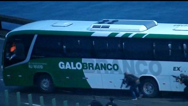 Homem invade ônibus e mantém mais de dez reféns presos, no Rio
