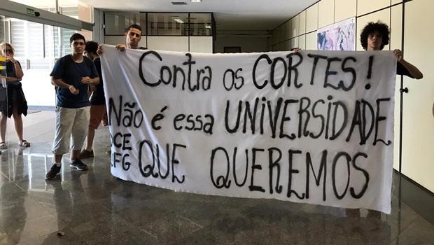 Estudantes ocupam reitoria da UFG contra cortes na Educação
