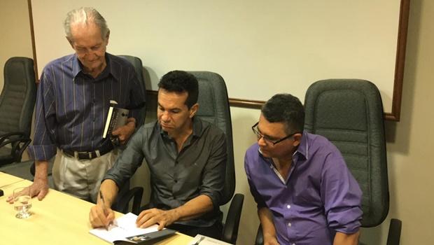 """Livro """"O Tronco"""", de Abílio Wolney Neto, é intensamente debatido em reunião de escritores, em Goiânia"""