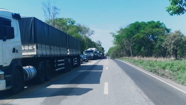 Acidente entre carretas deixa trânsito interditado na BR-153