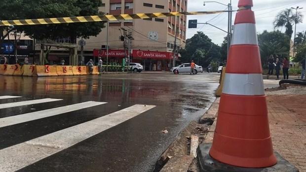 Prefeitura realiza bloqueio do cruzamento das avenidas Goiás e Independência. Veja os desvios