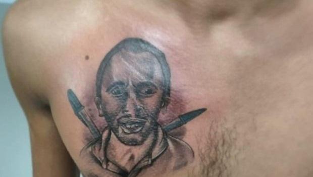 """No Rio Grande do Norte, estudante tatua rosto de autor de """"Caneta Azul"""""""