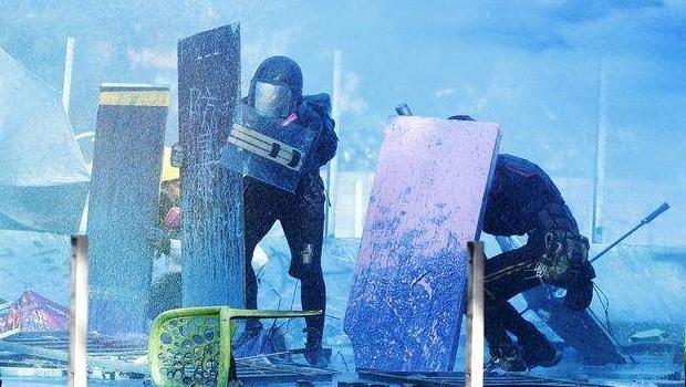 Polícia avança contra manifestantes que revidam com bombas e flechas, em Hong Kong
