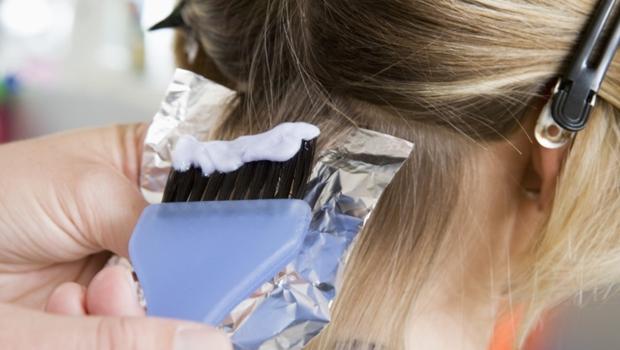 Uso de tinta de cabelo e alisamento pode estar ligado ao câncer de mama, revela pesquisa