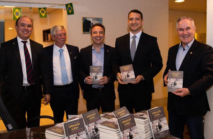 Livro Operação Alpha conta a história da maior apreensão de cocaína no Brasil