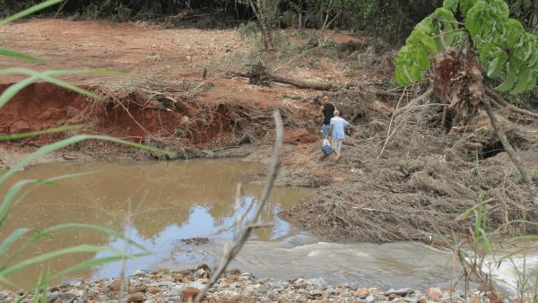 """""""Ainda não acredito"""", diz moradora de região onde represa rompeu, em Pontalina"""