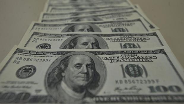 Em meio à disputa eleitoral nos EUA, dólar sofre forte queda