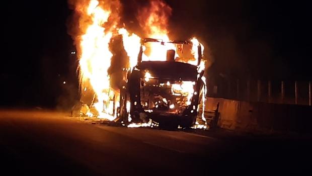 Ônibus pega fogo e deixa BR-060 parcialmente interditada