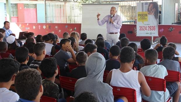 Procon discute Direitos do Consumidor em escolas de Goiânia