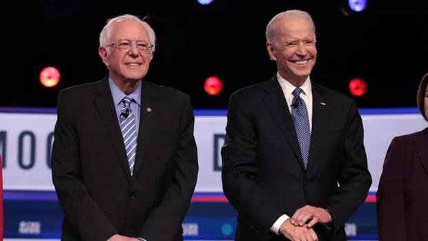 Resultado da Super Terça de 3 de março recolocou Joe Biden (direita) na disputa pela candidatura a presidente pelo Partido Democrata e mostrou que força de Bernie Sanders (esquerda) pode ruir se jovens não forem às urnas | Foto: Scott Olson/Getty Images