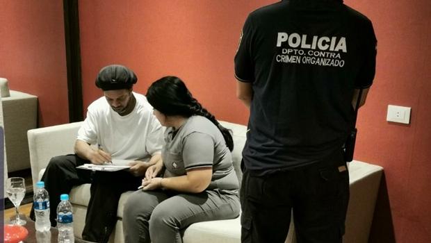 Ronaldinho Gaúcho e irmão são detidos com passaportes falsos, no Paraguai