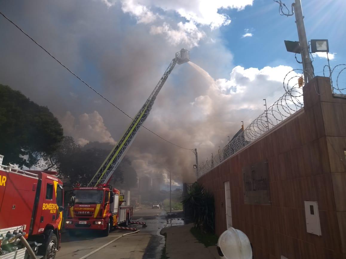 Bombeiros controlam fogo em fábrica de vidro em Goiânia
