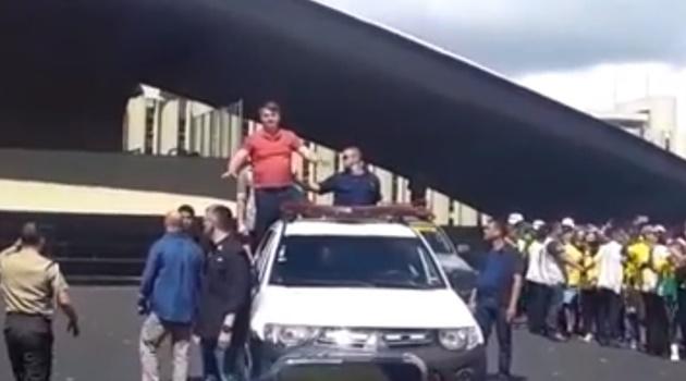 """""""Nós não queremos negociar nada"""", diz Bolsonaro ao participar de manifestação em Brasília"""