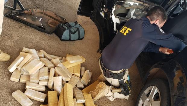 PRF apreende 120 quilos de maconha em carro e prende jovens em Anápolis