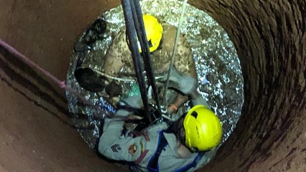Bombeiros resgatam mulher e dois gatos que caíram em cisterna em Aparecida