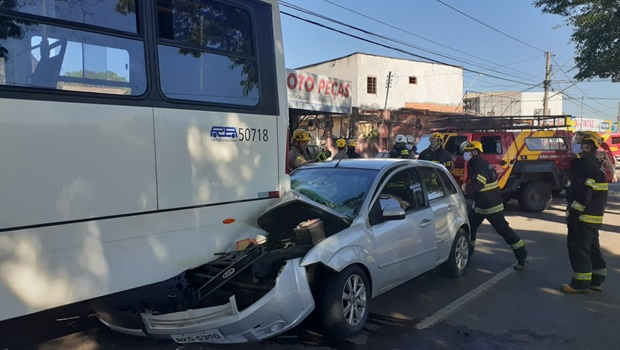 Corpo de Bombeiros socorre vítima de acidente entre ônibus e carro de passeio na Vila Nova