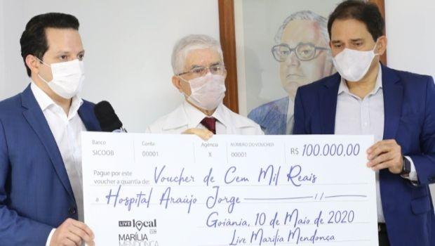 Marília Mendonça e Mesa Brasil Sesc entregam cheque de R$ 100 mil para Hospital Araújo Jorge
