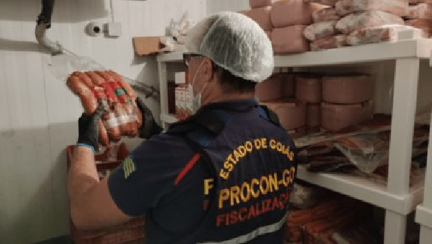 Procon Goiás apreende 3 toneladas de alimentos impróprios para consumo em lanchonetes