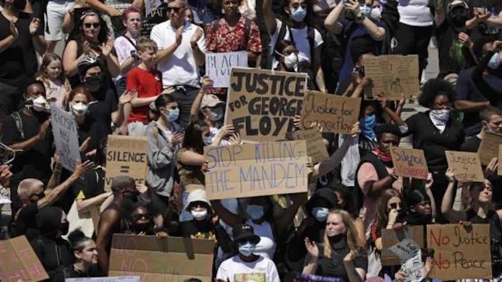 Ira provocada pela morte de George Floyd expõe inconformidade antirracista e une negros e brancos