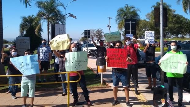 Trabalhadores da Educação protestam em frente ao Paço Municipal, em Goiânia