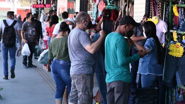 Camelódromo registra grande movimentação no primeiro dia após flexibilização do comércio, em Goiânia