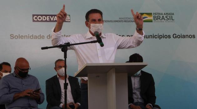 """""""Não olho de qual partido é o prefeito, atendemos à população de Goiás"""", afirma Vanderlan após entrega de máquinas para municípios"""