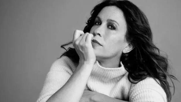 Em novo e magnífico trabalho, Alanis Morissette marca seu triunfo sobre a depressão pós-parto
