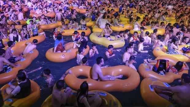 Festa em Wuhan, berço da pandemia, reúne milhares de pessoas sem distanciamento ou máscara