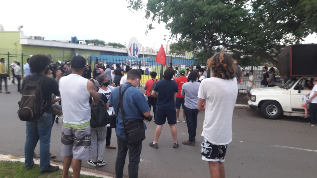 Carrefour de Goiânia fecha as portas por causa de manifestação contra assassinato de homem negro