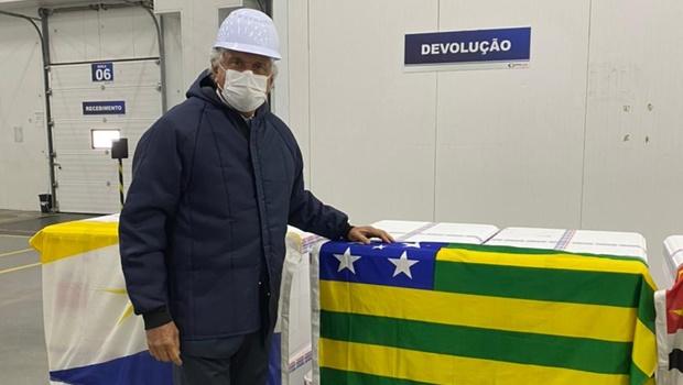 Caiado busca lotes da Coronavac destinados a Goiás; vacinação começa hoje 17h