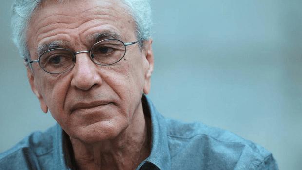 """Caetano Veloso processa por danos morais e injúria racial mulher que o chamou de """"macaco pedófilo"""""""