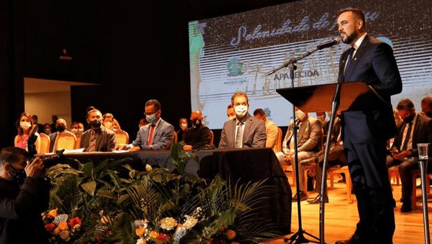 Reeleito, Gustavo Mendanha toma posse em Aparecida