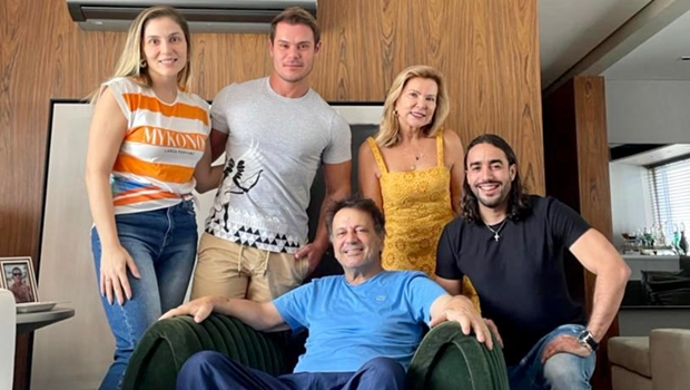 Curado da Covid, Adib Elias divulga foto ao lado da família