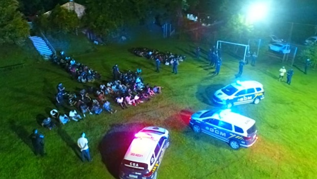 Fiscalização interdita festa clandestina em Goiânia com 200 pessoas, todas sem máscara