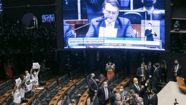Presença de Bolsonaro no Congresso gera tumulto