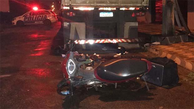 Motociclista fica em estado gravíssimo após colidir com caminhão estacionado