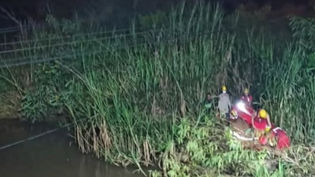 Bombeiros realizam busca no Ribeirão João Leite após carro cair no rio