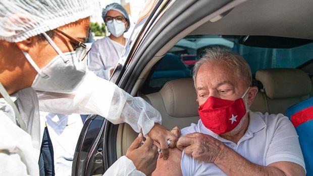 Lula recebe primeira dose da vacina contra Covid-19