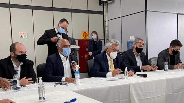Caiado se reúne com prefeitos para debater novo decreto