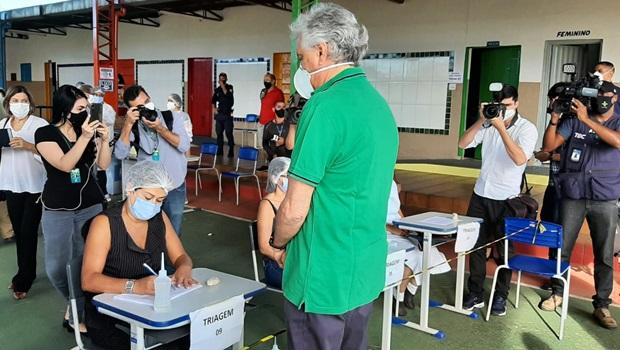 Ronaldo Caiado recebe segunda dose da vacina contra coronavírus