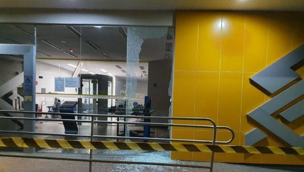 Três morrem em confronto com a polícia após roubo a banco, em Firminópolis