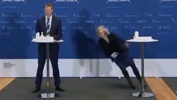 Oficial dinamarquesa desmaia durante anúncio oficial de da vacina AstraZeneca no país