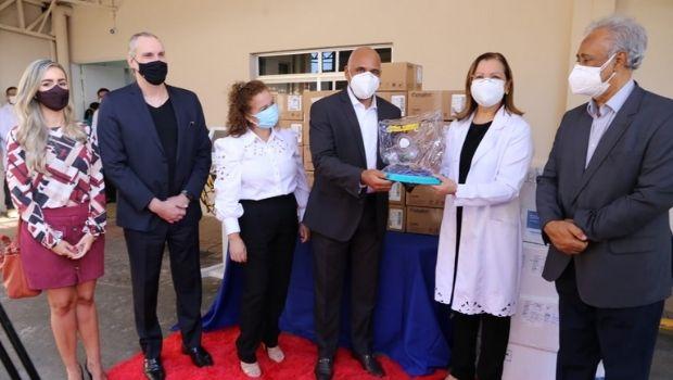 Rogério Cruz repassa capacetes Elmo e respiradores à Santa Casa de Misericórdia