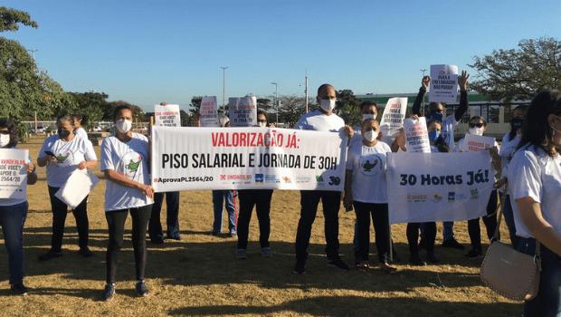 Profissionais da enfermagem fazem carreata em defesa do piso salarial e redução de jornada