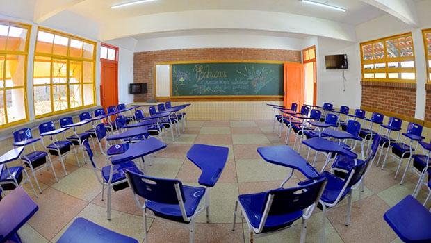 Após oito anos de obra parada, governo inaugura colégio em Silvânia