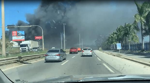 Incêndio atinge indústria de recapagem de pneus, em Aparecida de Goiânia