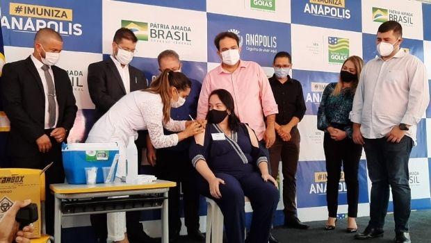 Anápolis imuniza primeira profissional da Educação e planeja iniciar vacinação de pessoas em situação de rua