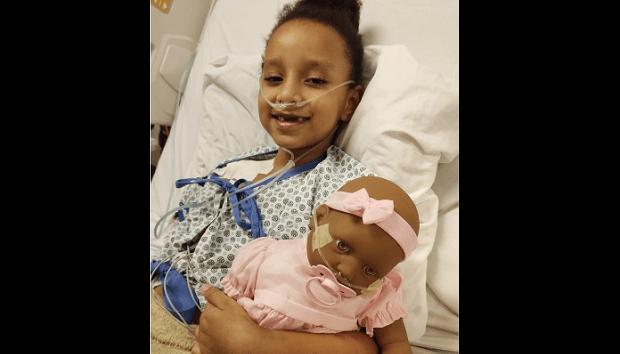 Internada com diabetes, menina ganha boneca com cateter nasal igual ao que usa